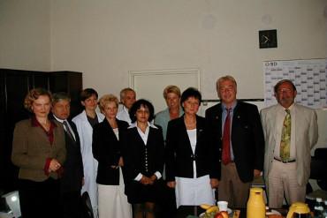 Wspólne zdjęcie gości i kadry zarządzającej szpitala