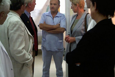 Dr med. Piotr Wałęga prezentuje działalność poradni koloproktologicznej