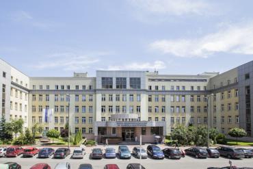 Zdjęcie przedstawia front budynku głównego Szpitala